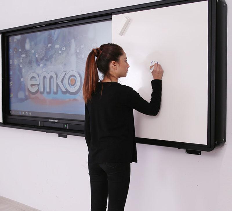 Kız Emkotech LED tahtasına yazı yazıyor